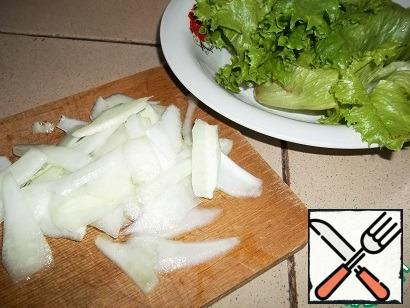While the chicken breast is cooking, prepare the vegetables. Wash and dry the lettuce leaves. Cucumber (solid part), as well as daikon cut into petals using a vegetable peeler. Put the sauce in the middle of a large flat plate and put the lettuce leaves torn by hand, pickled daikon (freed from the marinade), and cucumber around it. Cut the chicken breast into slices and place on the vegetables. A bit of canned corn to decorate and give a softness to the dish. Pour over the chicken the juice that was released when slicing.