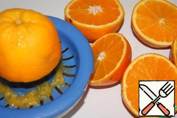 Squeeze the juice out of the oranges.
