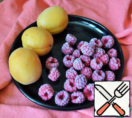 Wash and dry the berries. Raspberries can be used from freezing.