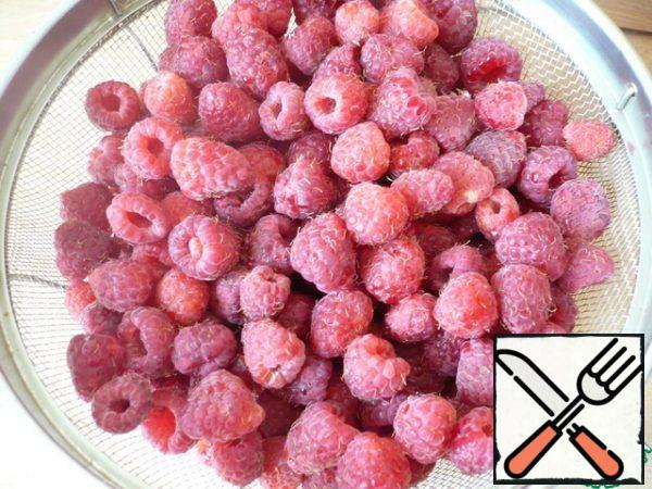 To prepare the sorbet, prepare the raspberries (if necessary, select them), then spread evenly on the baking sheet and freeze. 1.5-2 hours (see how hard your freezer freezes).
