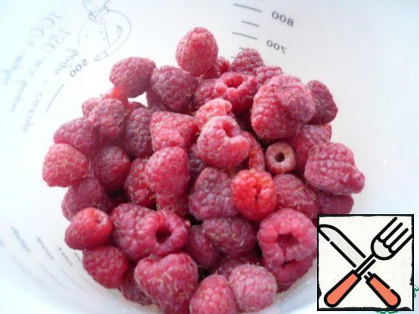 To prepare raspberry jelly on agar-agar, take fresh or frozen raspberries.