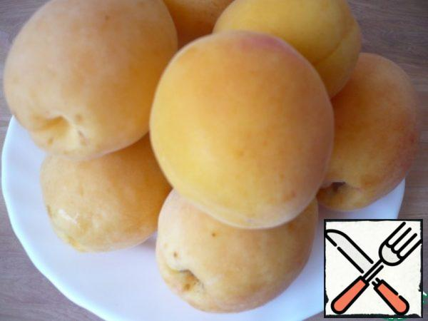 Meanwhile, prepare the apricots for the apricot puree: you need to wash and dry the apricots.
