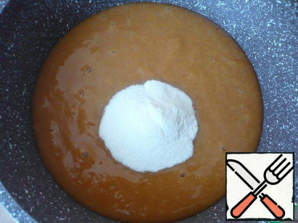 Then chop the apricots with a blender into a homogeneous puree and send them to a saucepan, along with agar-agar, add sugar to taste. Bring the puree to a boil for 30 seconds, mix everything thoroughly and remove from the heat.