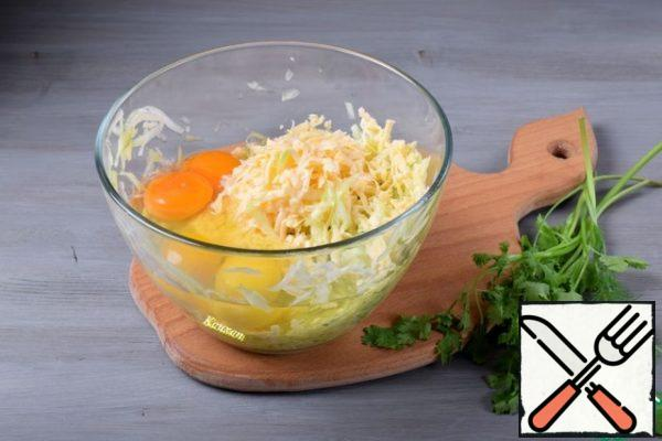 In the prepared zucchini add cheese, grated on a large grater, eggs, spices. Mix everything. If the salt is not enough, add it. The amount of salt depends on the selected type of cheese.