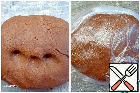 Put the finished dark dough in a cellophane bag and let it rest for 20 minutes in the refrigerator.