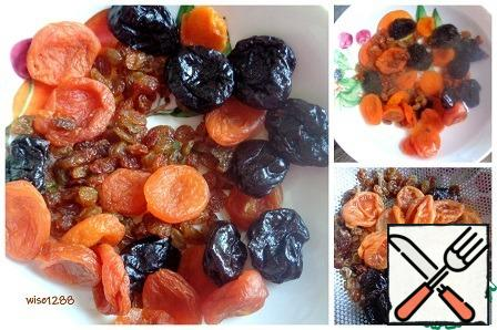 Prepare the filling: dried apricots, raisins and prunes pour cold water for 10 minutes. Drain the water and dry the dried fruit.