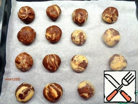 Transfer the cookie blanks to a baking tray. In total, the cookies turned out to be 16 pieces.