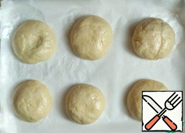On a baking sheet covered with baking paper, spread the pies seam down. Cover with a towel and leave for 15-20 minutes. for proofing.