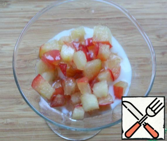 Then spread the apples with the juice. Cover with the remaining curd.