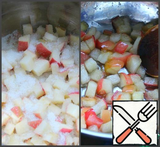 Put the apples in a saucepan, sprinkle with sugar, put on a low heat and cook for 3-4 minutes.