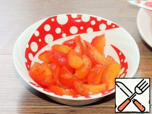 Clean the plum from the skin, remove the bones and cut into small slices. One plum is left for decoration.