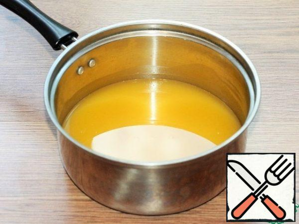 In a saucepan or small saucepan, pour the orange juice and send it to the stove. Bring the juice to a boil over low heat.