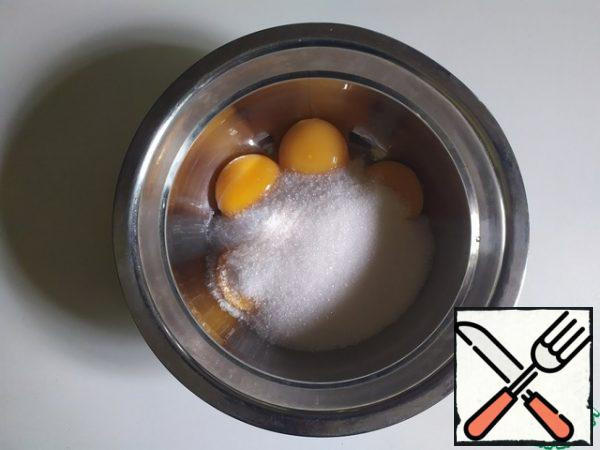 Put the yolks and sugar in a water bath. Beat constantly until the sugar dissolves and the cream thickens. Bring to 68-70 degrees and remove from heat.
