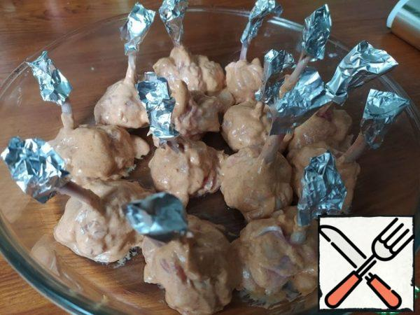 Dip each part of the wing in the prepared sauce, place on a platter and leave for 30 minutes to marinate. Before baking, wrap the open bones with pieces of foil.