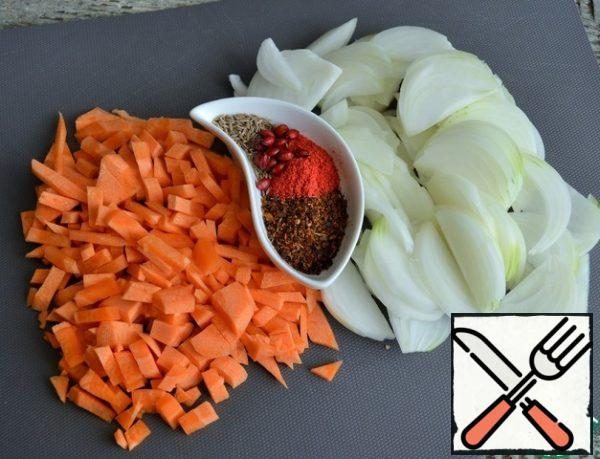 Onion cut into feathers, carrot pieces (I have 150 g), collect spices.