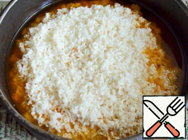 Wash the rice in several waters and add it to the cauldron with a little salt.
