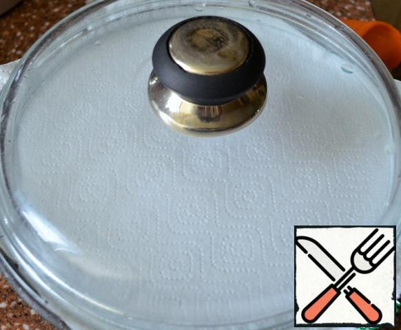 Let the pilaf brew for 5 minutes, laying a paper or cotton towel under the lid.