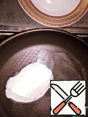 Preheat a deep frying pan with a lid with a bottom diameter of 20 cm. Put 1 tablespoon of butter and dissolve it.