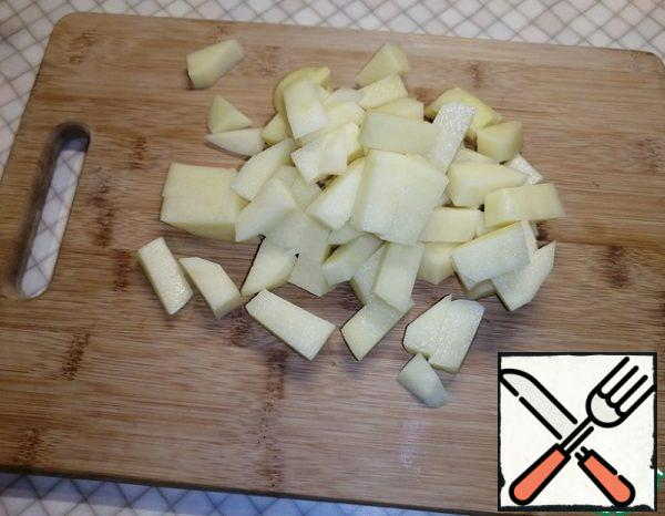 Cut the potatoes into small pieces.