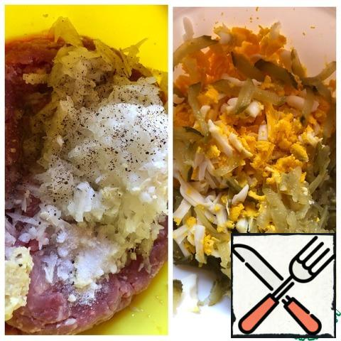 In the minced meat, grate the onion on a large grater, and pass the garlic through the press. Add salt and ground pepper. Knead the minced meat. For the filling: grate the eggs and cucumbers on a coarse grater.