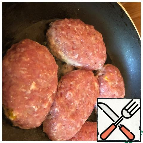 Fry the cutlets in a well-heated frying pan on both sides in vegetable oil.