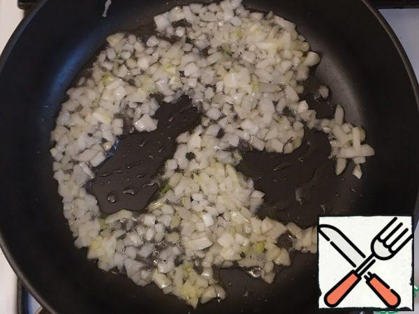 Heat the oil and fry the onion.