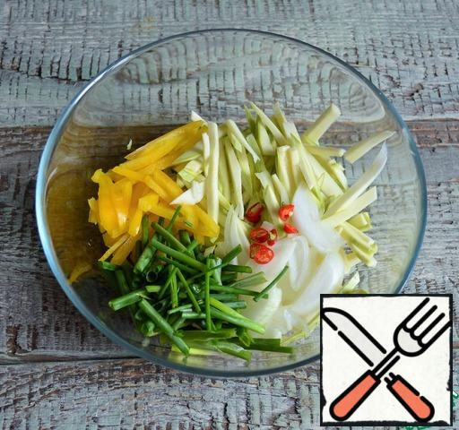 Cut the vegetables into thin strips. Add salt and pour in 160 ml. water, mix well.