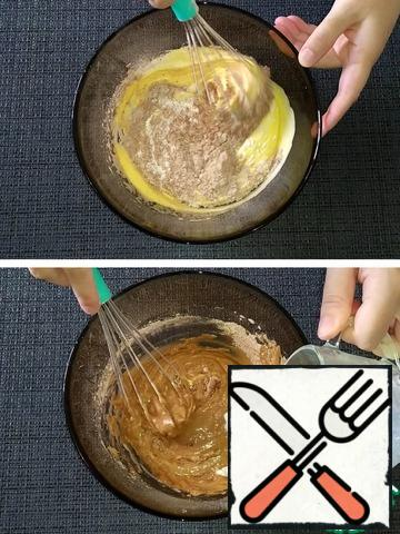 In the egg-butter mixture in 2-3 stages, sift the flour mixed with baking powder and cocoa powder, alternately alternating with hot milk. You may need less or more flour. The dough should be smooth, uniform and not very thick.