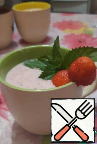 Pour into mugs, put in the refrigerator or freezer for a few minutes. Garnish with berries and mint.