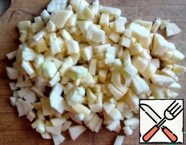 To start, prepare the caramel. Wash the apples, peel and remove the seeds. Cut into cubes.