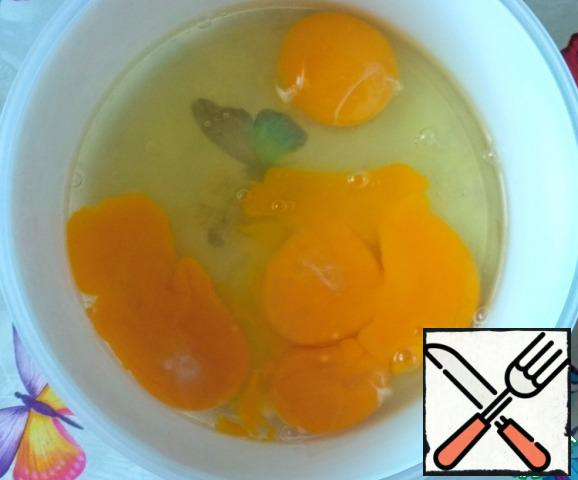 Beat the eggs in a bowl, beat with a mixer on high speed until fluffy foam.