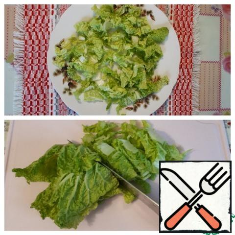 Slice the Chinese cabbage and put it on a plate.