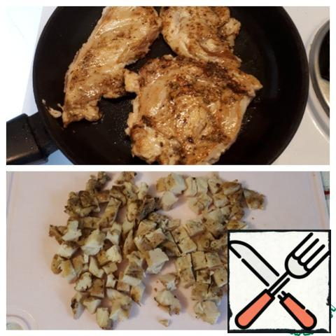 Pre-marinate the chicken fillet in spices for a few hours ( I spent the night in the refrigerator), season with salt and pepper, then lightly chop and fry in a hot pan. Cut the cooled finished fillet into cubes.
