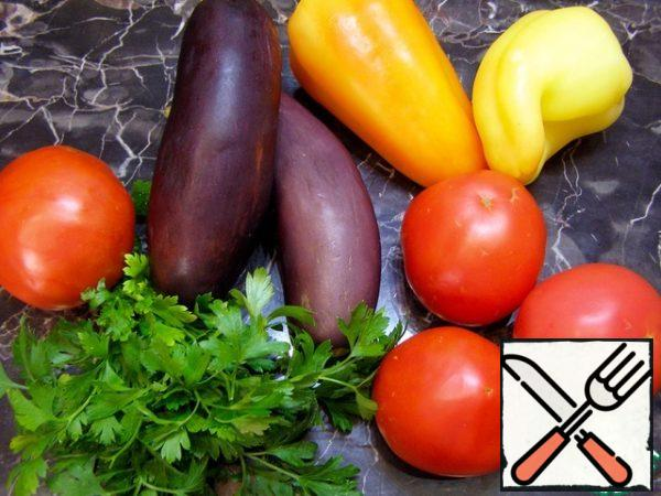 For the salad, we will need the vegetables that you see in the photo and a bunch of any greens-to your taste.