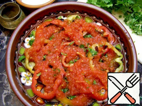 Top with tomato juice. Then again spread the layers in the same order: eggplant-bell pepper-herbs, salt, black pepper-tomato juice. So collect the salad until you run out of vegetables. Top with the remaining tomato juice. The salad should be left in the refrigerator for at least three hours. During this time, the eggplant will be soaked in juice and you will get a juicy spicy snack.