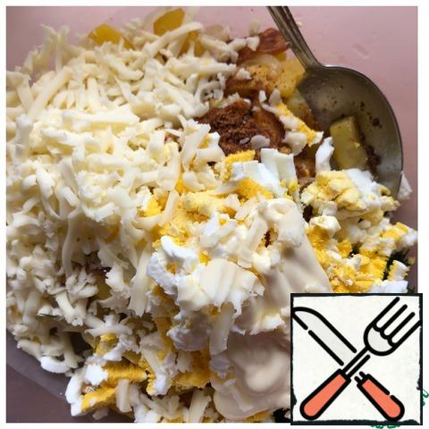 Add the mayonnaise. Cut the eggs into cubes and grate the Mozzarella on a coarse grater. Mix the salad.