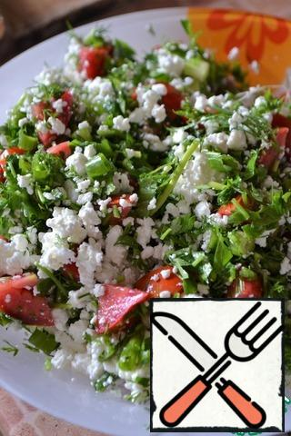 Transfer the vegetables to a salad bowl, add the cottage cheese and mix. Ready salad sprinkle with sesame seeds.
