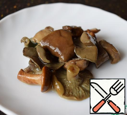 If the salted mushrooms are large, they can be cut.