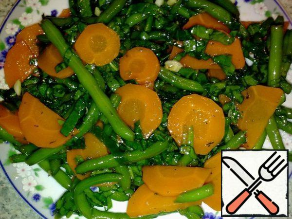 Wash the spinach, dry and cut into wide strips.  Peel the carrots, cut into thin circles.  Prepare frozen green beans. Boil water in a saucepan, add carrots and cook for 2 minutes.  Add beans.  Boil the vegetables together for another 2-3 minutes.  Discard in a colander, rinse with cold water (to maintain a bright color).  Combine carrots, beans and spinach in a bowl. Preparing the dressing.  Peel, chop, mix the garlic with soy sauce, honey, vinegar and oil.  Season with salt and pepper.