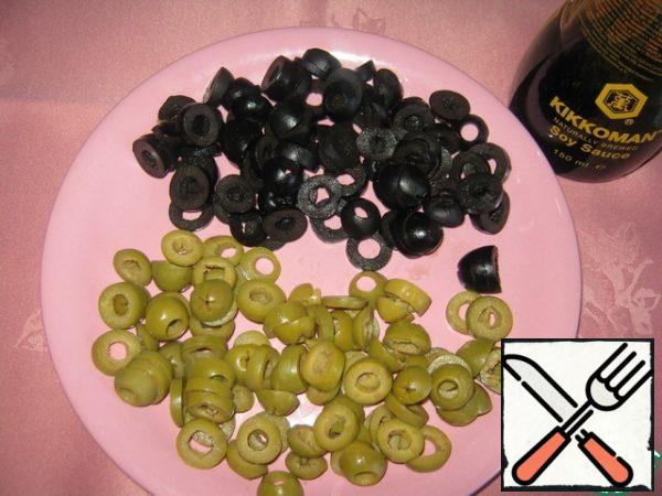 Cut the olives into slices.