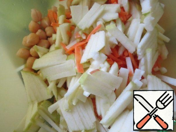 Cut the carrots and apples into strips. Add to a Cup of chickpeas.