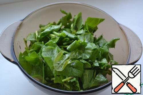 Wash the sorrel, dry it and slice it.