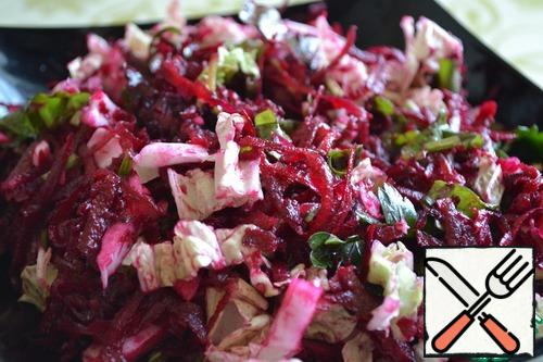 Put in the dish in layers: beetroot, cabbage, sorrel. Pour over the dressing and garnish with parsley leaves. Before direct use, feel free to mix all the ingredients
