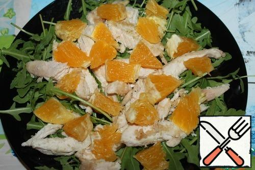 Peel the orange, break it into slices (if desired, remove the films), and cut it into about 3-4 parts. Put on the chicken.