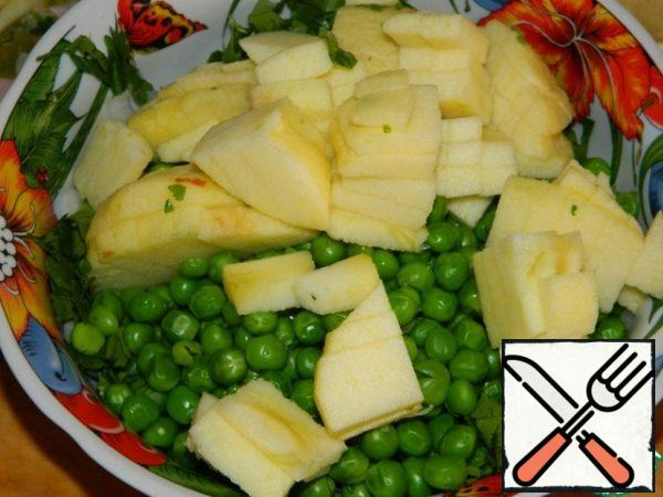 Chop the parsley and apples. Combine with peas and onions. Add salt to taste and season with vegetable oil. Stir.
