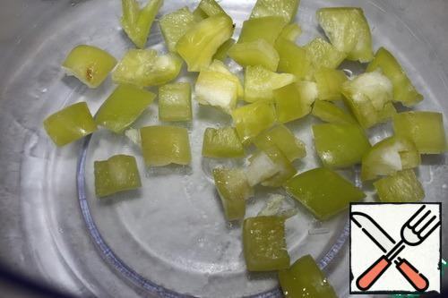 Wash the pepper, remove the stalk and seeds, and cut into cubes.