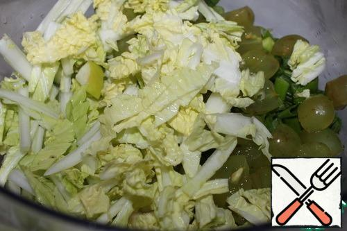 Wash and slice the Chinese cabbage.You can replace it with lettuce.