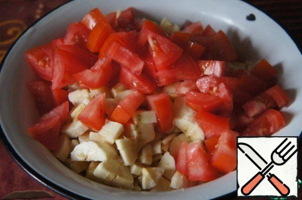 Cut the tomatoes into triangles and add them to the salad.