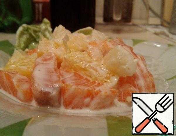 Fillet of fish cut into cubes about 1, 5x1, 5 cm. With pineapples (canned pieces), drain the water, add the desired amount to the fish. Oranges are peeled, cut out only the flesh without partitions. Also cut into cubes 1x1 cm (approximately), add to the fish with pineapples. Boil the prawns, peel them from the shell, and add them to the rest of the ingredients. Prepare the sauce: pour soy sauce into the mayonnaise, add garlic, grated on a fine grater or passed through a press. Mix the sauce thoroughly. Add the sauce to the salad and mix a little. No additional seasonings are necessary, you do not need to salt either. Decorate with green leaves (pekinka or arugula).