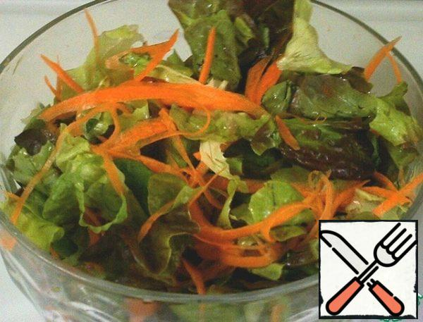Wash and dry the salad. I usually take leaf lettuce, corn lettuce, and arugula. Put in a salad bowl and mix with the carrots and cheese cubes.